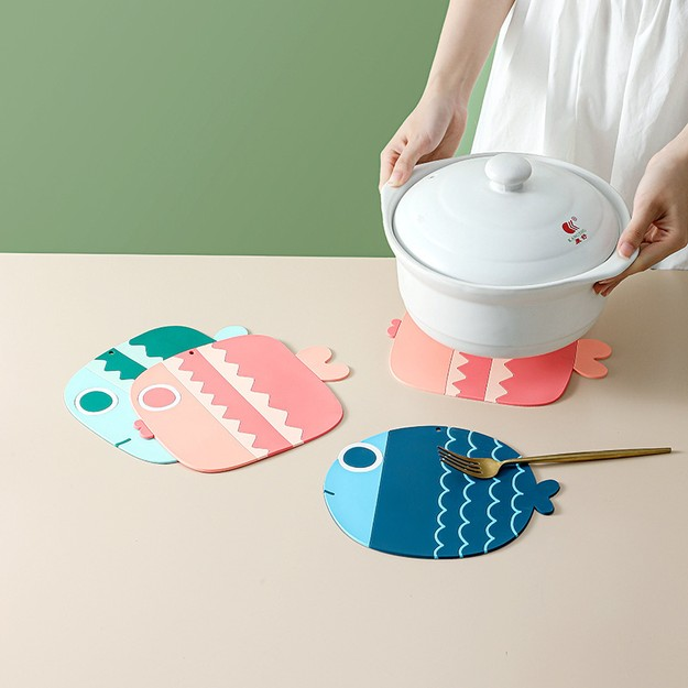 商品详情 - 中国直邮卡通小鱼隔热垫餐桌垫防滑加厚家用碗垫子防烫创意杯垫大号 蓝鱼 - image  0